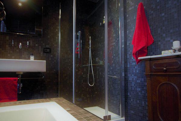 Bathroom: Modern Bathroom complete with modern fittings
